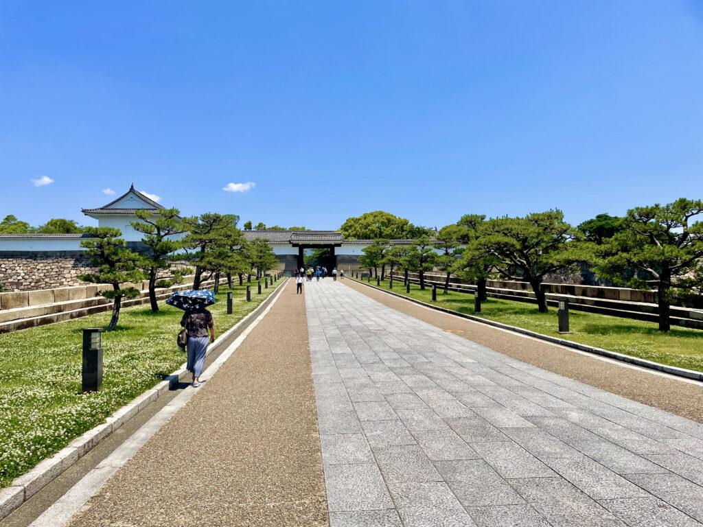 大阪城の大手門に続く道