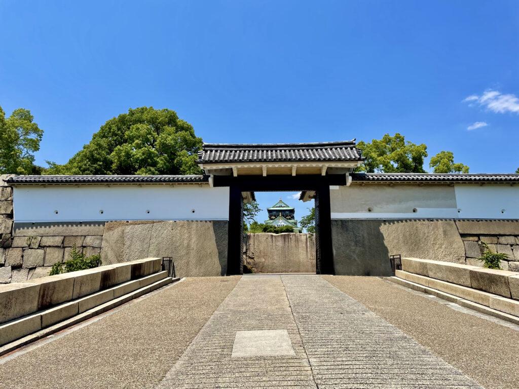 桜門。扉の向こうに天守閣が見えます
