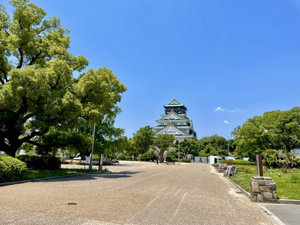 本丸から眺める大阪城天守閣