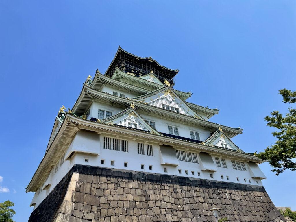 本丸南側から見上げる大阪城天守閣